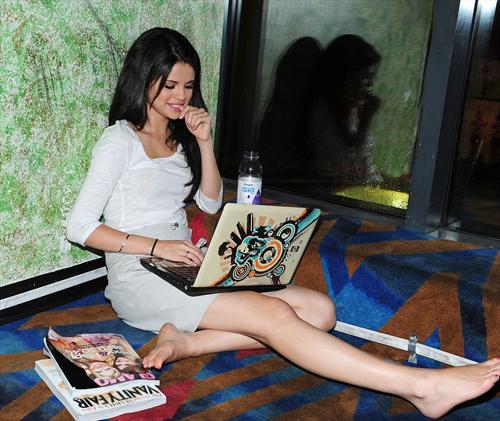 selena gomez and nick jonas kissing pics. Selena Gomez acting all