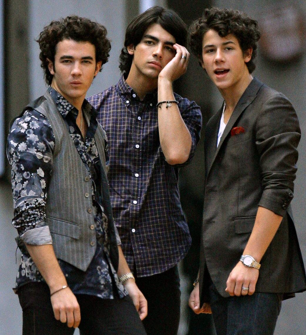 Ridiculous photos Jonas-brothers-divas1