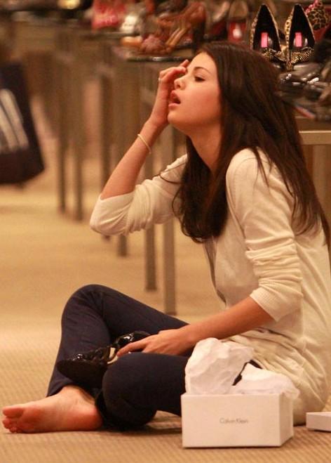 selena gomez zara. Budding stylista Selena Gomez