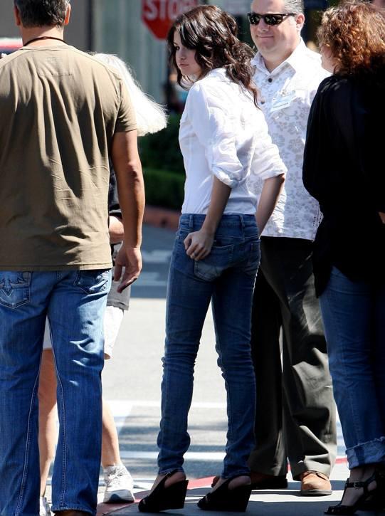 selena gomez jeans. Selena Gomez PARTY PRETTY IN